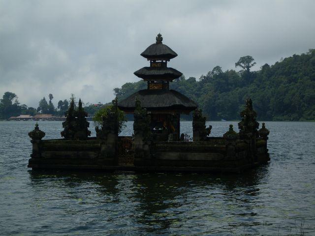 Zdjęcia: Putra Ulun Danu, Bali, ... na wodzie..., INDONEZJA
