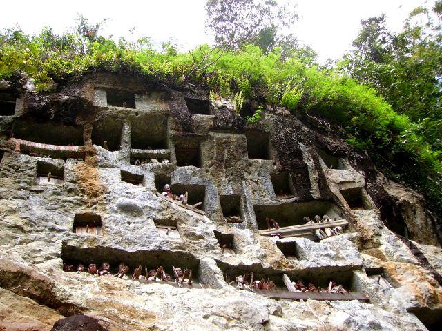 Zdjęcia: Lemo - kraina Toradjów, Sulawesi Południowe, skała z komorami grobowymi - Lemo, INDONEZJA