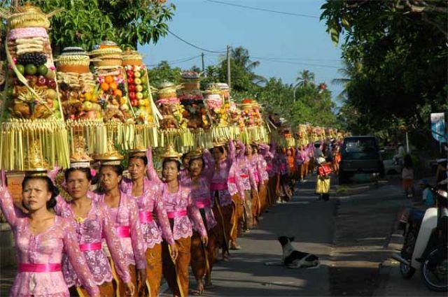 Zdjęcia: wioska w centrum Bali, Bali, Procesja z darami, INDONEZJA