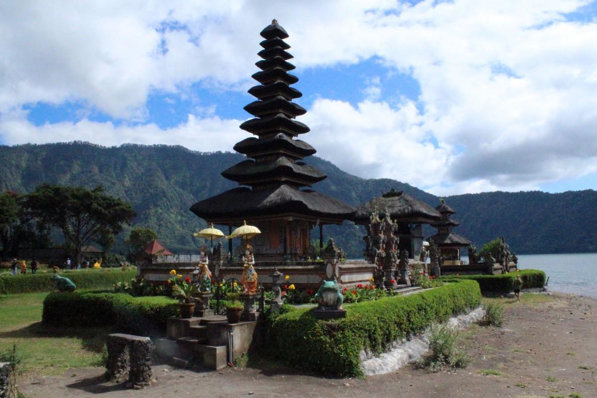 Zdjęcia:  Pura Ulun Danu Bratan, Bali,  Pura Ulun Danu Bratan w czasie suszy, INDONEZJA
