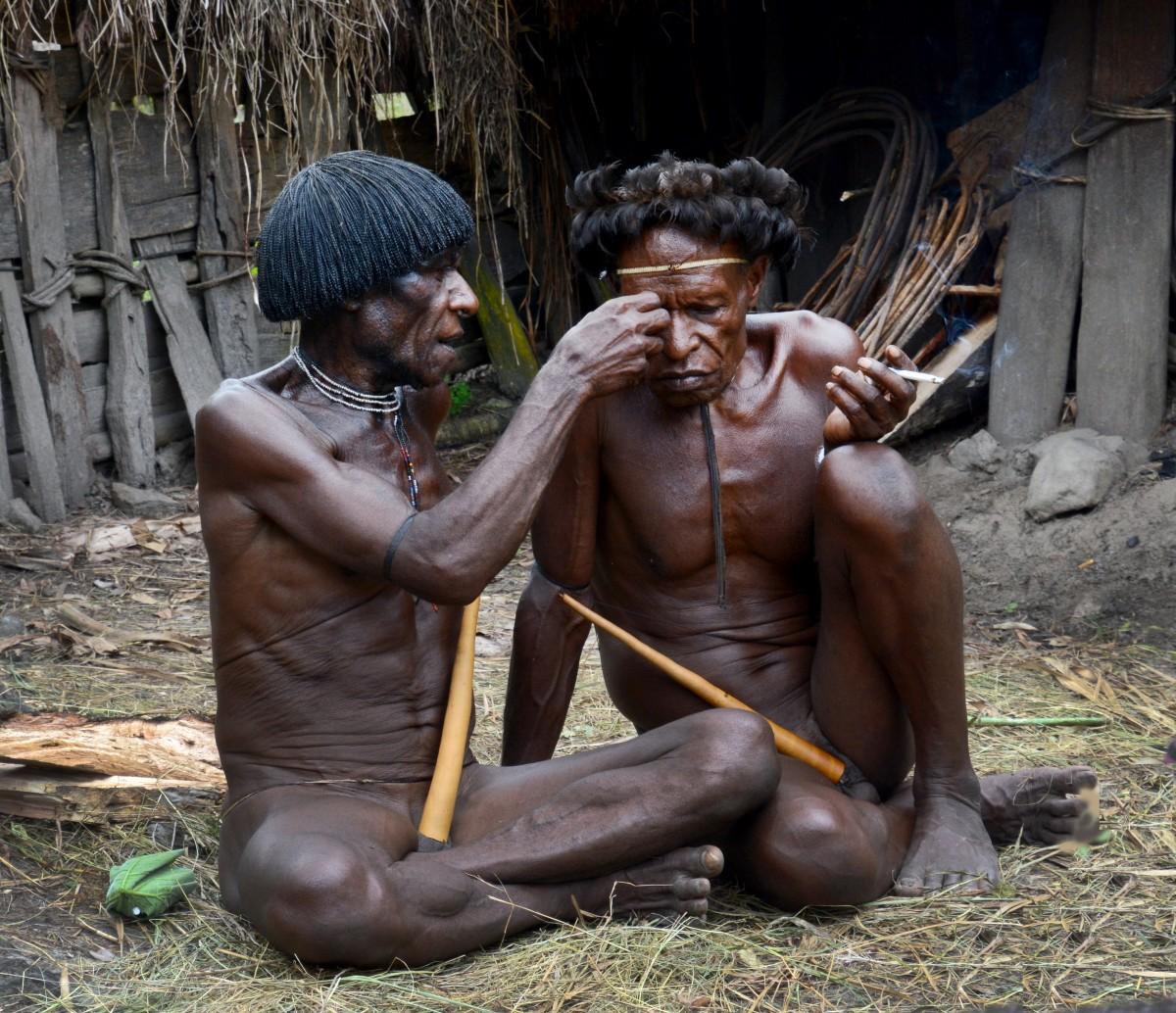 """Zdjęcia: Dolina Baliem, wioska Dani, Papua Zachodnia, Plemię Dani - """"oczko mu się odkleiło temu misiu"""", INDONEZJA"""