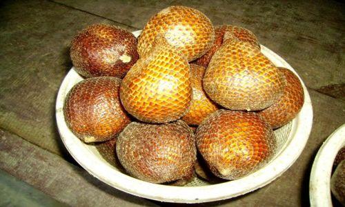 Zdjęcie INDONEZJA / Sulawesi Południowe /  Rantepao / dziwne owoce o łuskowatej skórce - salaki