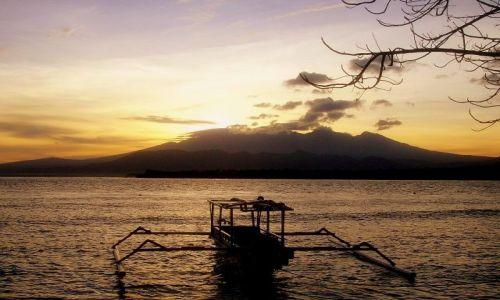 Zdjecie INDONEZJA /  Lombok / wysepka Gili Air / slońce wschodzi nad wulkanem Rinjani