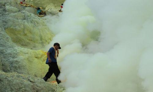 Zdjecie INDONEZJA / Wschodnia Jawa / Wulkan Ijen / w oparach siarki