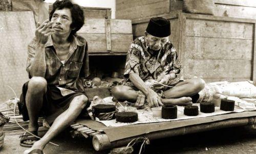 INDONEZJA / Sulawesi / Sulawesi / Czas na papierosa