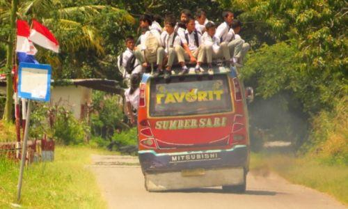 INDONEZJA / Sumatra / Jezioro Toba / Powrót ze szkoły (coś dla naszego Ministerstwa Oświaty)