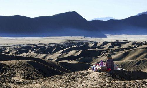 Zdjecie INDONEZJA / - / wulkan Bromo / kramik wśród morza piasku