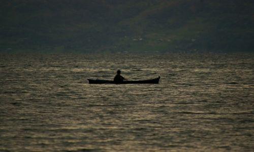 Zdjecie INDONEZJA / Sumatra / Jezioro Toba / Rybak