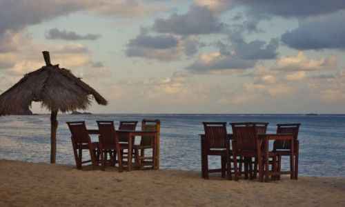 Zdjecie INDONEZJA / Lombok / Południe wyspy / Knajpka na plaży-Kuta(Lombok)