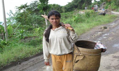 Zdjęcie INDONEZJA / Celebes / Celebes / Na wiejskiej ścieżce