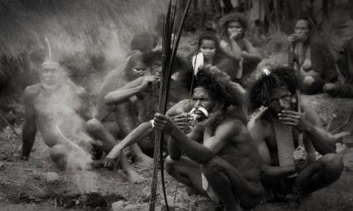 Zdjecie INDONEZJA / Baliem / IRIAN JAYA / Czas na dymka