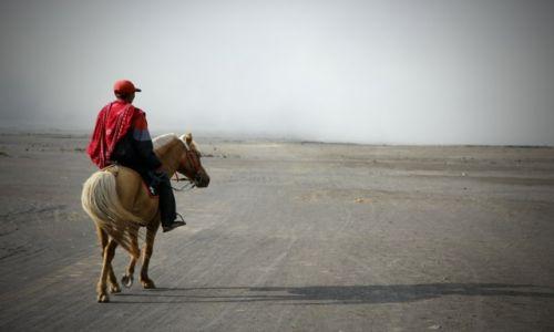 Zdjęcie INDONEZJA / Jawa / Wulkan Bromo / Wędrowiec, wierzchowiec i cień