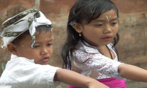 Zdjecie INDONEZJA / Bali / na trsaie / W swiatyni