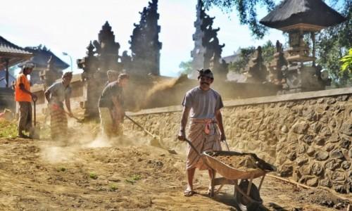 Zdjecie INDONEZJA / Bali / Ubud / Prace społeczne przy odbudowie swiątyni