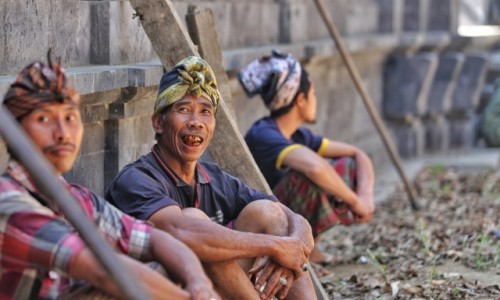 Zdjecie INDONEZJA / Bali / Ubud / Odbudowa świątyni - przerwa w pracy