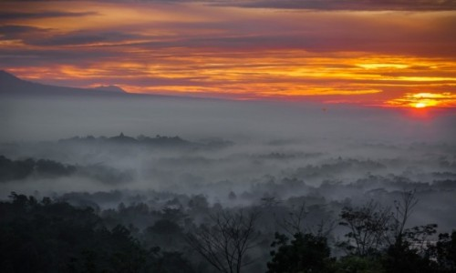 INDONEZJA / środkowaJawa  / Setumbu Hill/ Świątynia Borobudur / Wschód nad Borobudur