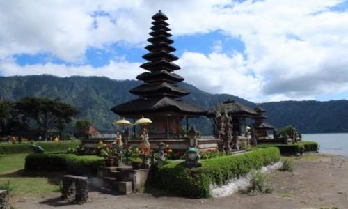 Zdjecie INDONEZJA / Bali /  Pura Ulun Danu Bratan /  Pura Ulun Danu Bratan w czasie suszy