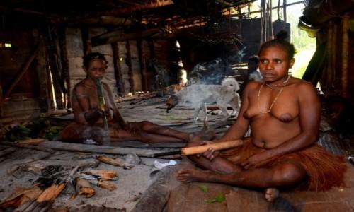Zdjecie PAPUA NOWA GWINEA / Papua Zachodnia / dwa dni marszu od wioski Mabul, las deszczowy / Korowajki na luzie