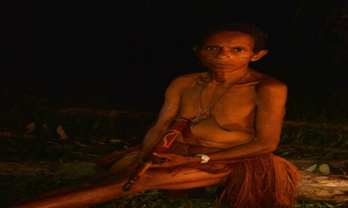 Zdjęcie PAPUA NOWA GWINEA / Papua Zachodnia / dwa dni marszu od wioski Mabul, las deszczowy / Wieczorna fajka :)