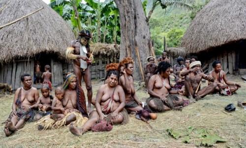 INDONEZJA / Papua Zachodnia; Dolina Baliem / wioska Dani / Dani - mieszkańcy wioski