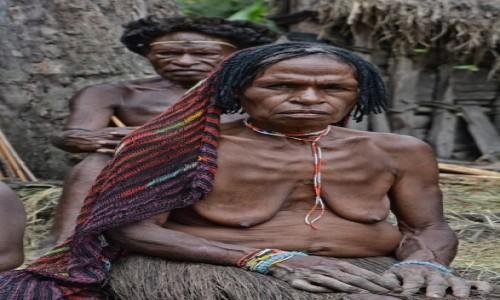 Zdjecie INDONEZJA / Papua Zachodnia; Dolina Baliem / wioska Dani / Pan - taki jakiś niewyraźny ;) i pani Dani :)