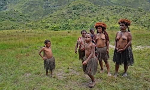 Zdjecie INDONEZJA / Papua Zachodnia / Dolina Baliem, wioska Dani / Plemię Dani - kilka pań na ploteczkach