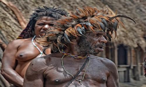 Zdjecie INDONEZJA / Papua Zachodnia / Dolina Baliem, wioska Dani / Pan Dani z żoną w tle