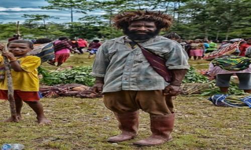 INDONEZJA / Papua Zachodnia / Dekai / W Dekai - pan w piórkach czyli