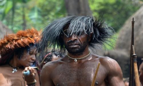 Zdjecie INDONEZJA / Dolina Baliem / Papua Zachodnia / Pan Dani z żoną (cudzą) w tle :)