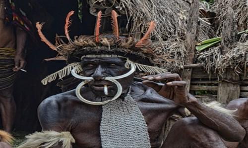Zdjęcie INDONEZJA / Papua Zachodnia / Dolina Baliem, wioska Dani / Pan Dani, przerwa na dymka