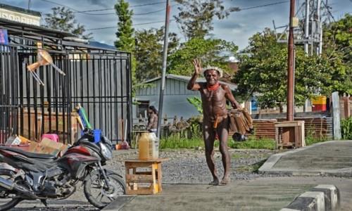 Zdjecie INDONEZJA / Dolina Baliem /  Wamena / Pan Dani na ulicy w Wamenie
