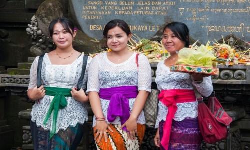 Zdjecie INDONEZJA / Bali / Świątynia Tirtha Empul / Balijskie dziewczyny