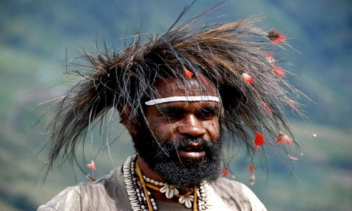 INDONEZJA / Papua / Dolina Baliem / Kapelusze -Papuas