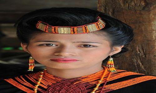 Zdjecie INDONEZJA / Sulawesi / Tana Toraja / Hostessa wprowadzająca poszczególene rodziny i klany na teren uroczystości