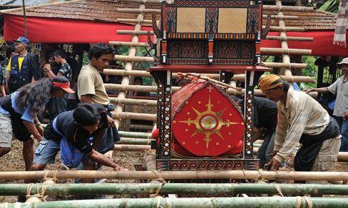 Zdjecie INDONEZJA / Sulawesi / Tana Toraja / Wnoszenie trumny na wysoki postument