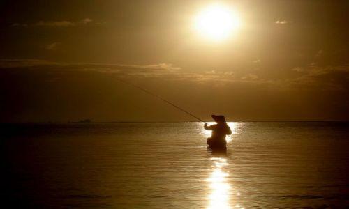 Zdjecie INDONEZJA / Wyspa Flores / Odpływ morza / Wędkarz