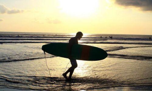 Zdjecie INDONEZJA / kuta / buta beach / surfer