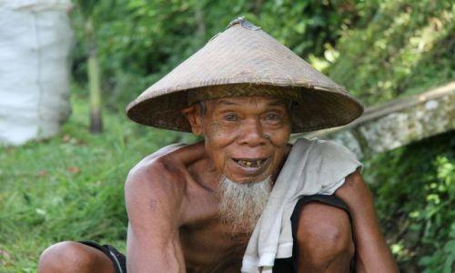 Zdjecie INDONEZJA / Indonezja / BALI / Wieśniak w kapeluszu