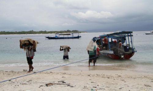 Zdjecie INDONEZJA / Indonezja / Gili Trawangan / Rozładunek łodzi