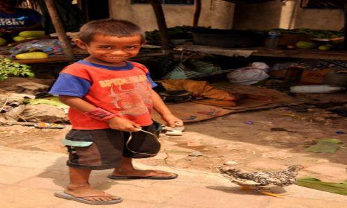 Zdjęcie INDONEZJA / Demokratyczna Republika Timor Leste / Baucau / Chłopiec z kogucikiem