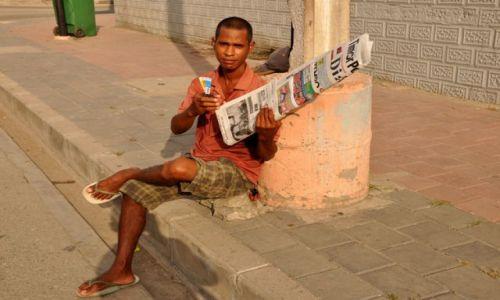 Zdjęcie INDONEZJA / Demokratyczna Republika Timor Leste / Dili / Pan z gazetami