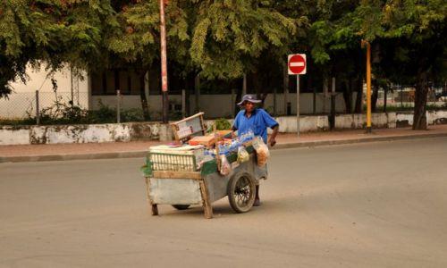 Zdjęcie INDONEZJA / Demokratyczna Republika Timor Leste / Dili / Pan z wózkiem