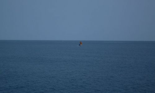 Zdjęcie INDONEZJA / ocean / gdzieś pomiędzy wyspami Lombok a Sumbawą / ... samotny... i nie biały żagiel...