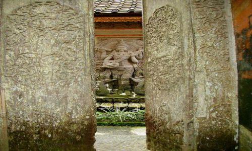 INDONEZJA / Bali / Ubud / przez uchylone drzwi światyni