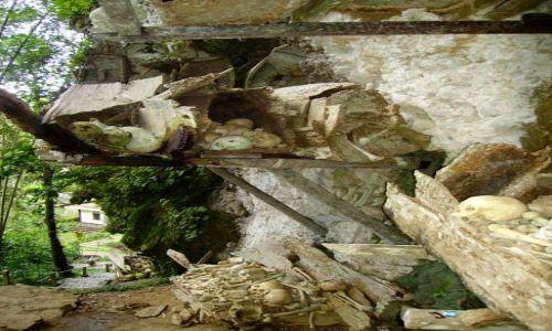 Zdjecie INDONEZJA / Sulawesi Południowe / Kete Kesu / wiszące groby w Kete-Kesu