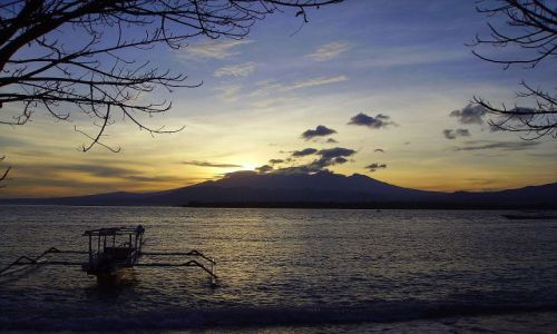 Zdjęcie INDONEZJA / Gili Air / wysepka Gili Air / słońce wschodzi nad Rinjani na Lombok