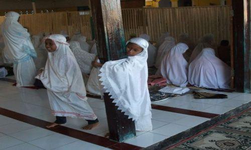 Zdjecie INDONEZJA / Sulawesi (Celebes) / Ampana / ... i małych kobiet ...