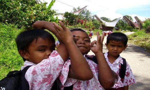 Zdjecie INDONEZJA / Sulawesi Południowe / okolice Rantepao / trzej przyjaciele w drodze ze szkoły