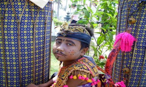 Zdjecie INDONEZJA / wyspa Lombok / Kuta Beach / w oczekiwaniu na występ - mały artysta