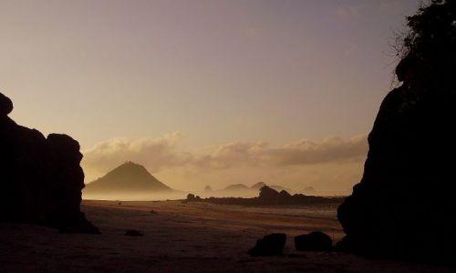 Zdjecie INDONEZJA / wyspa Lombok / wioska Kuta Beach / świt na plaży w